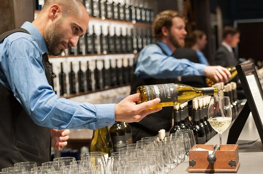 Wine-bar-pour